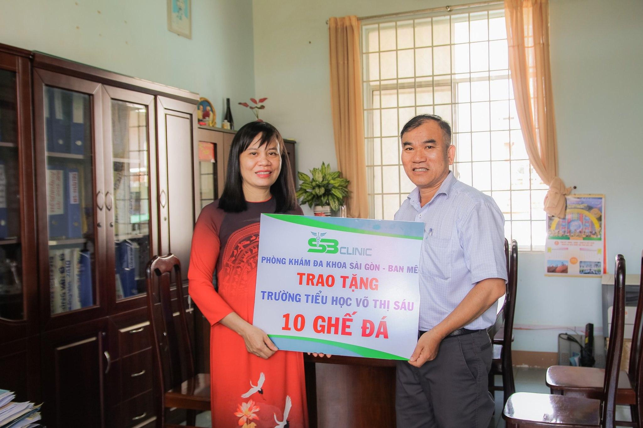 Sài Gòn - Ban Mê trao tặng 10 ghế đá cho trường Tiểu học Võ Thị Sáu